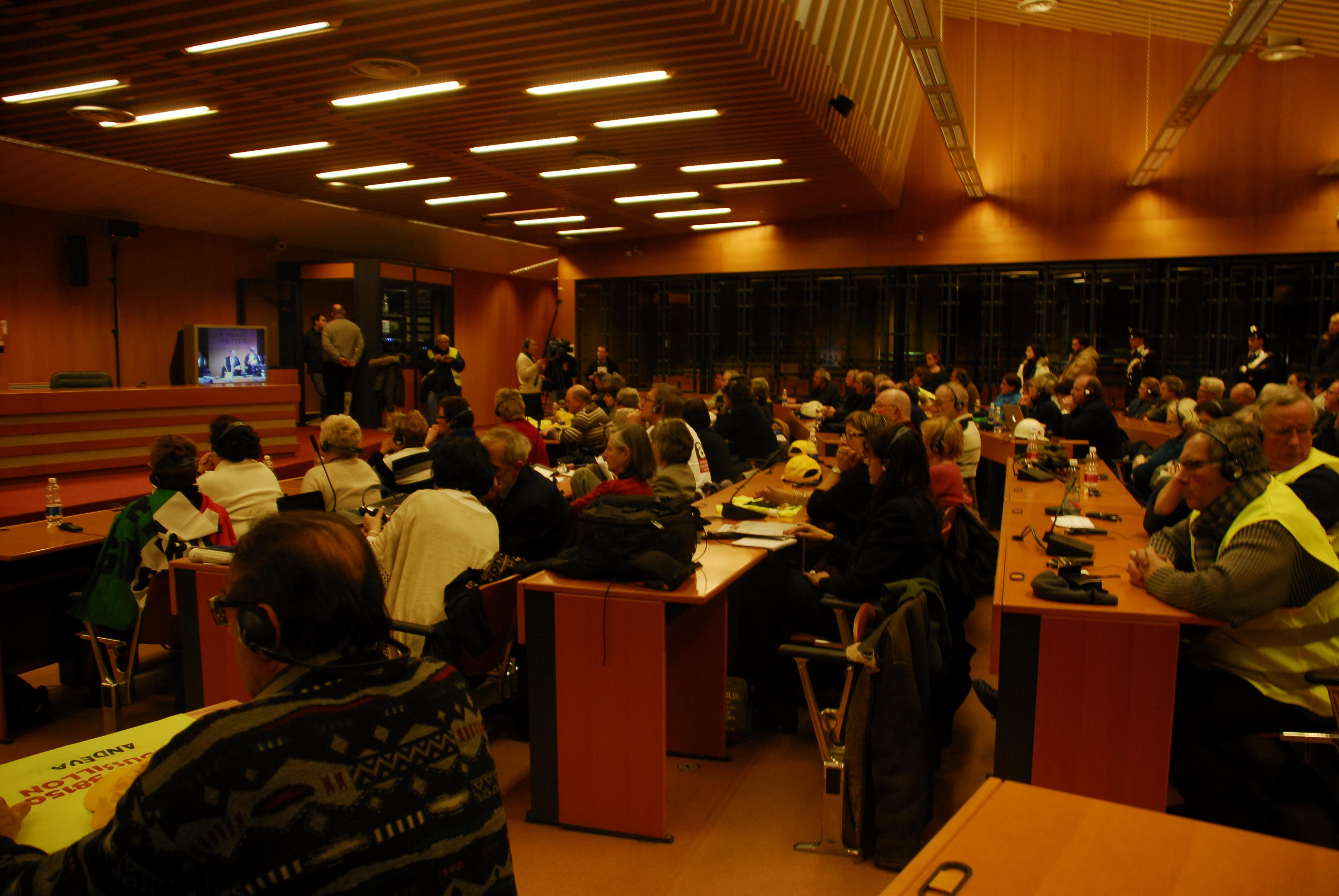 Dans la salle 2, les délégations suivent le verdict (2)