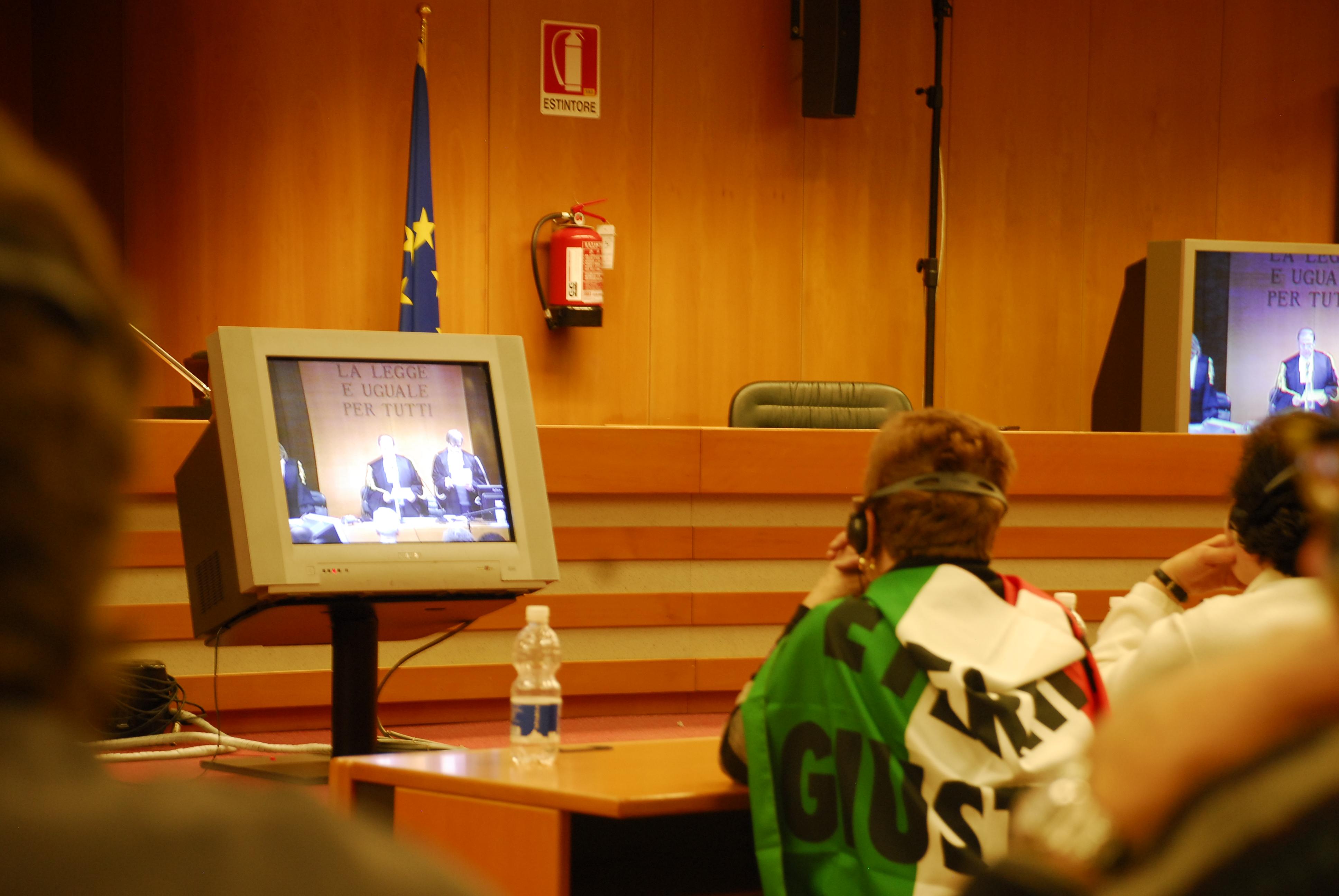 Dans la salle 2, les délégations suivent le verdict (3)