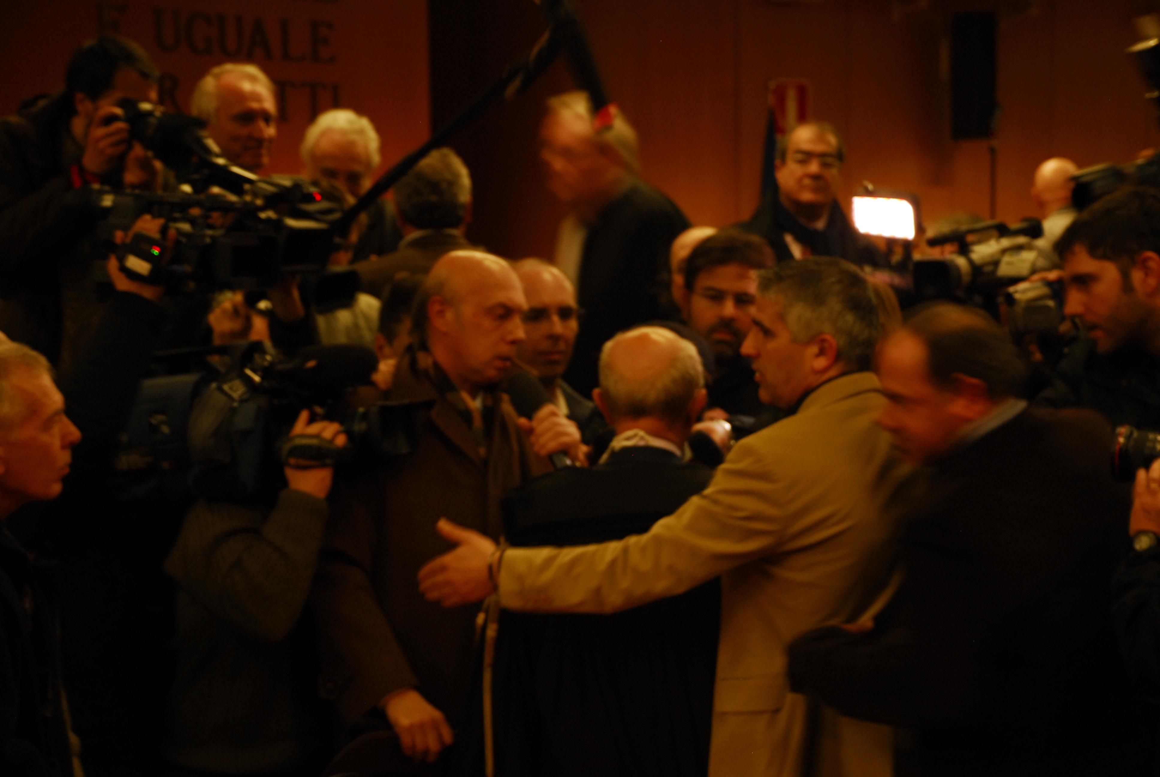 Le procureur Raffaelle Guariniello (au centre, de dos)