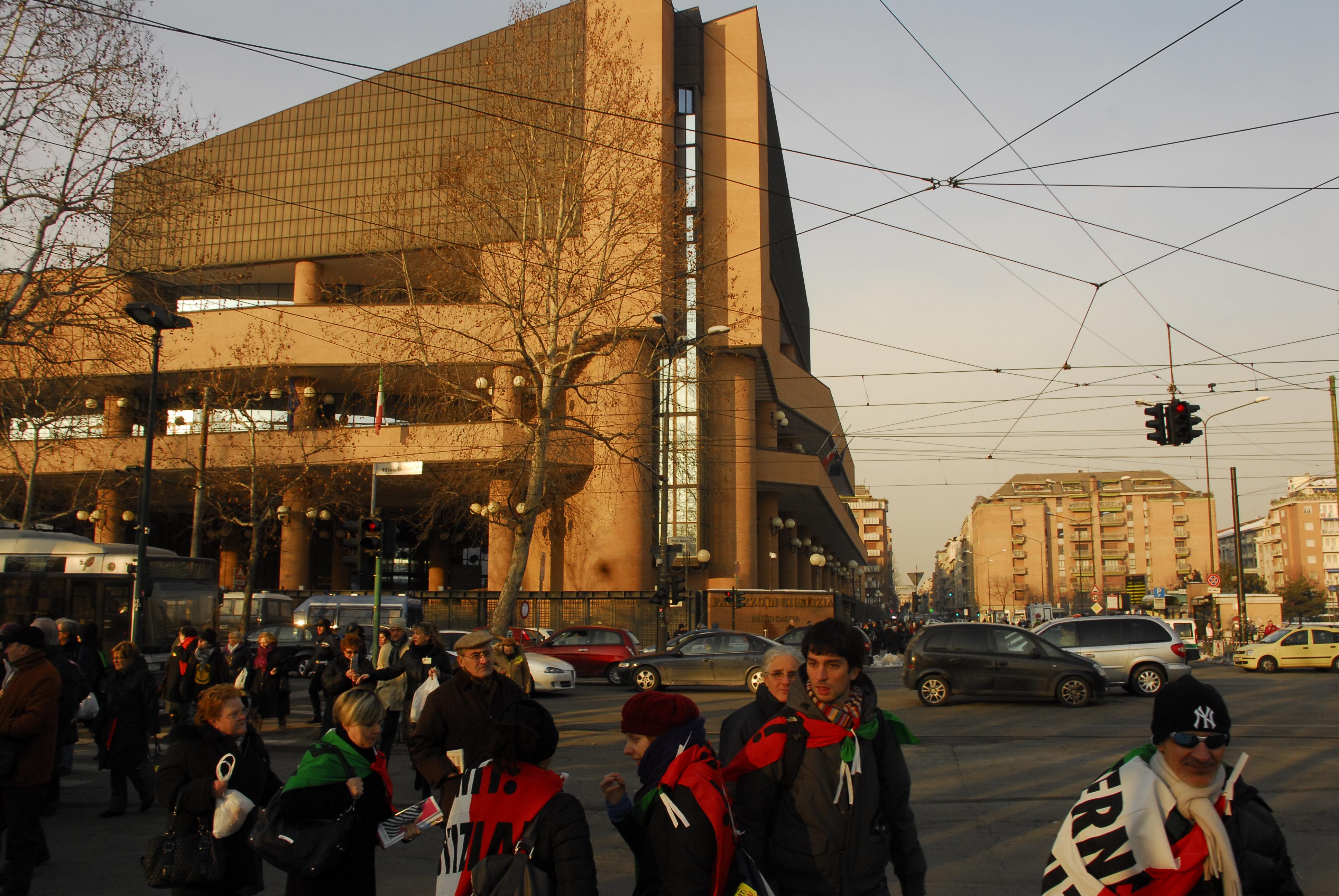 La foule quitte le palais de justice après les 3h de la lecture du verdict