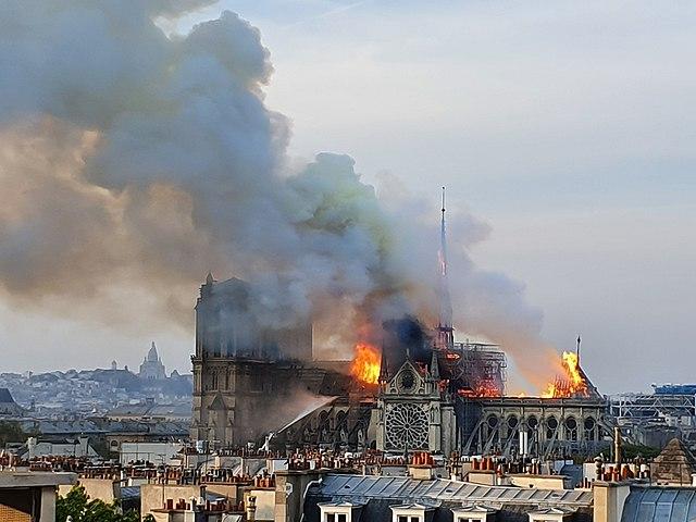 640px-Incendie_de_Notre_Dame_à_Paris._vue_depuis_le_ministère_de_la_recherche._10